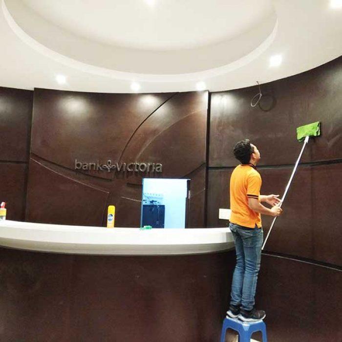 pembersihan dinding kantor bank victoria